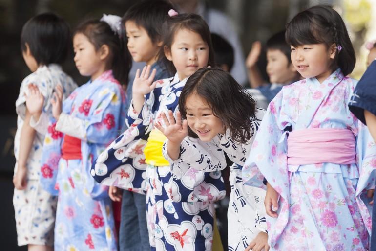 Japanische Kinder auf  der B