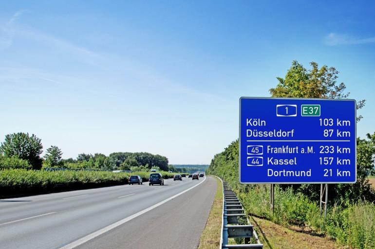 Hinweisschild auf Autobahn 1 in Richtung KölnHöhe Kamen