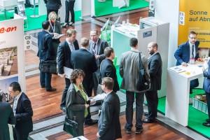 Zur Energy Storage Europe vom 9. bis 11. März 2015 fanden in Düsseldorf erstmals fünf Fachkonferenzen und eine Messe unter einem Dach statt: Gemeinsam deckten die Energy Storage Europe, die IRES-Konferenz, die OTTI Conference Power-to-Gas, der VDE Financial Dialogue Europe und der Storageday die gesamte thematische Bandbreite zur Energiespeicherung ab. Auf der begleitenden Fachmesse mit knapp 100 internationalen Ausstellern haben die Besucher sich über den neuesten Stand der Technik sowie aktuelle Forschungsergebnisse informiert und vor Ort konkrete Geschäfte abgeschlossen. Über 1.800 Fachleute aus 48 Nationen haben an den drei Tagen die Konferenzen und die Fachmesse Energy Storage Europe besucht – mehr als doppelt so viele wie im Jahr zuvor. Foto: Energy Storage Europe. Honorarfreie Verwendung ausschließlich für journalistische Zwecke gestattet und nur bei Quellenangabe. Quelle: Messe Duesseldorf