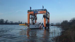 BIG WILLI hebt im Vorfeld zur boot 2020 ein Schiff aus dem Rhein