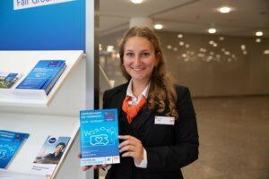 Hallenläuferin Johanna Marx an einem Info-Stand