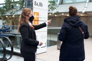 Unsere Hallenläuferinnen und Hallenläufer helfen bei Besucherfragen