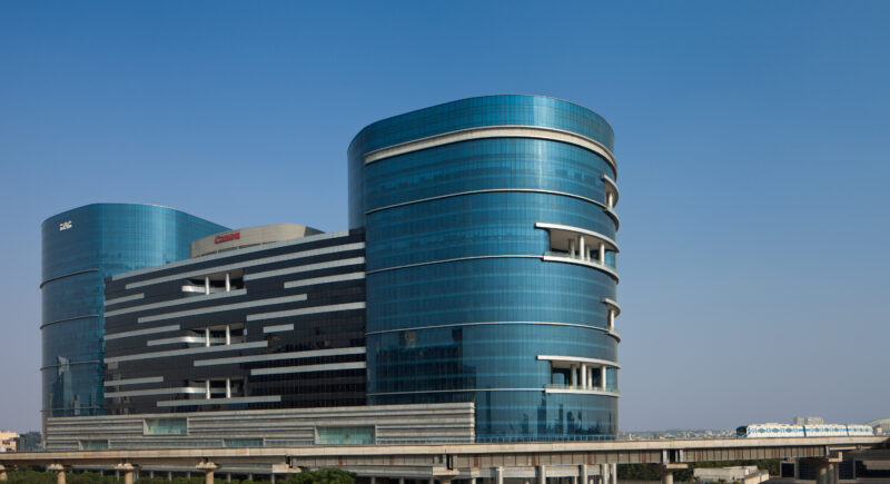 Die Glasfassade lässt natürliches Licht in die Büros und bietet zudem einen tollen Blick auf Gurugram. © andré j fanthome1