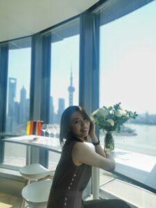 Juliet Zho, Project Manager, C-Star Team, genießt die Aussicht auf den Huangpu