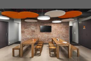 Eine gemütliche Atmosphäre bietet sich im offenen Café des Büros an.