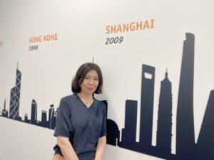 Sophia Yu, Division Director, vor der History Wall